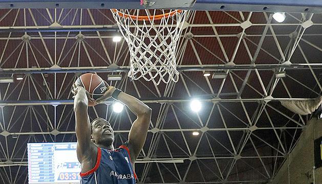 Moussa Diagné esmaixant.