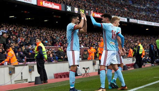 Els jugadors del Celta celebren el 2-2 al Camp Nou.