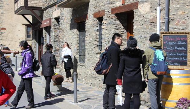 Turistes al poble d'Ordino.
