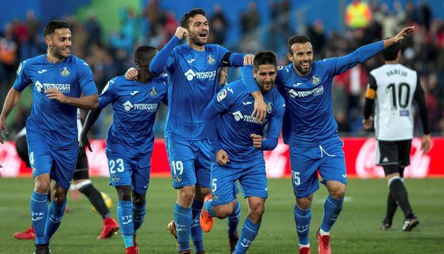 Bergara celebra amb els seus companys el gol del triomf.