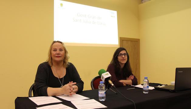 La consellera de Social del comú de Sant Julià de Lòria, Francesca Barbero, amb la investigadora del CRES Meritxell Moya, en la presentació de l'estudi sobre la gent gran.