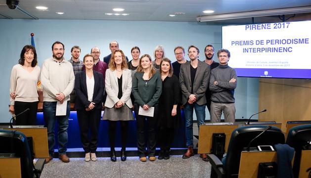 Fotografia de grup dels guanyadors del premi Pirene, del jurat i de les ministres de Cultura, Joventut i Esports, i Medi Ambient, Agricultura i Sostenibilitat, Olga Gelabert i Sílvia Calvó, respectivament.