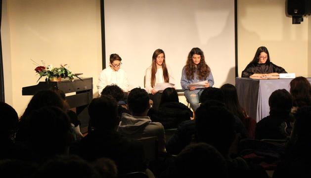 Un moment de la lectura dramatitzada de l'obra 'El diccionario', representada per alumnes d'ESO del col·legi María Moliner.