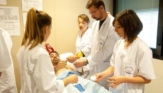 Alumnes d'infermeria de l'UdA durant unes pràctiques en una imatge d'arxiu.