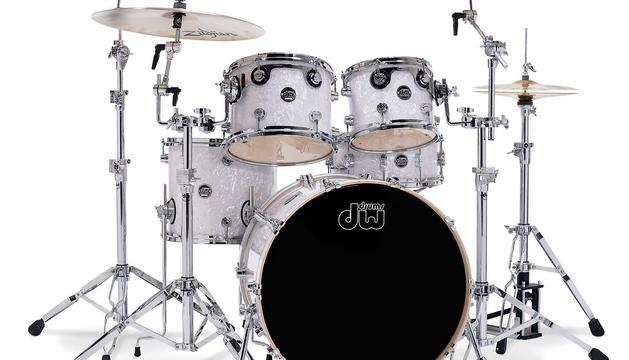 2. La música. Soc un rocker. De fet havia tocat a V Columna i encara, a vegades, toco la bateria, la guitarra o el baix.