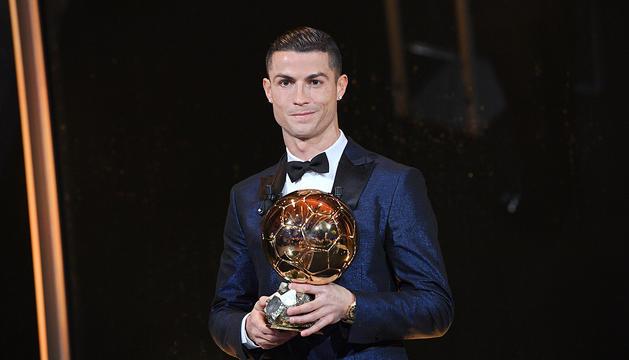 Cristiano Ronaldo va rebre la Pilota d'Or a la Torre Eiffel.