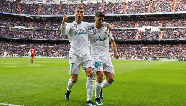 Cristiano Ronaldo i Asensio celebren un dels gols d'ahir.