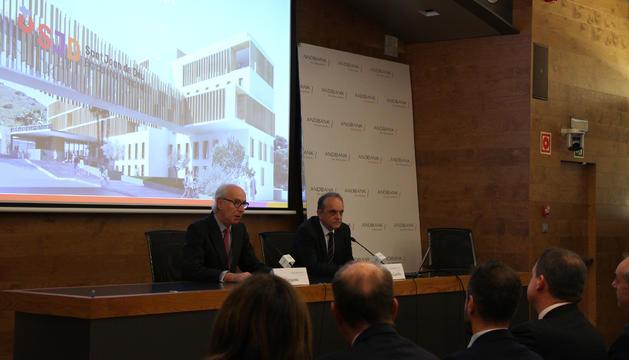 El director gerent de l'hospital Sant Joan de Déu, Manel del Castillo,  i el president d'Andbank, Manel Cerqueda, presenten el nou centre.