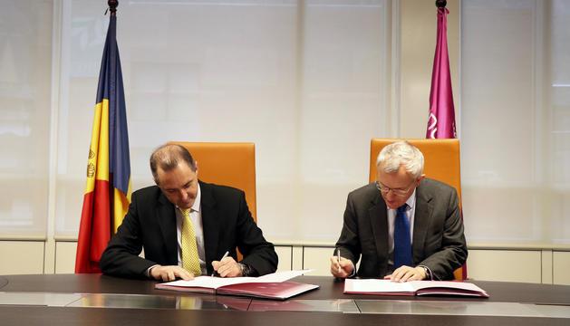 L'acord ha estat firmat pels directors generals d'Andorra Telecom, Jordi Nadal, i de JT, Graeme Millar.