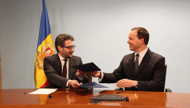 El ministre d'Educació i Ensenyament Superior, Eric Jover, i el conseller delegat de Vall Banc, Michael Johannes Christner, durant la signatura de l'acord.