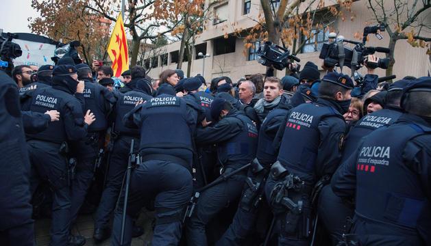 Enfrontaments entre els mossos i les persones concentrades davant el Museu de Lleida.