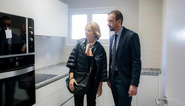 El ministre d'Ordenament Territorial, Jordi Torres, i la secretària d'Estat d'Afers Socials i Ocupació, Ester Fenoll, al pis social ubicat a Encamp.