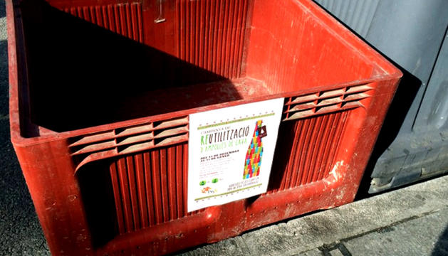 Un dels contenidors habilitats per a la recollida d'ampolles.