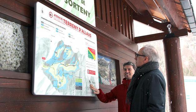 El ministre Camp observant una placa a Sorteny.