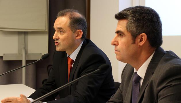 El director general d'Andorra Telecom, Jordi Nadal, i el director de projecte de la renovació de la fibra, Gerard Bosch, durant la roda de premsa.