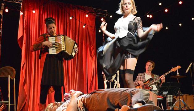 Un escenari amb aires de cabaret