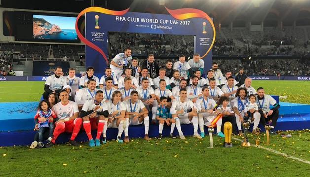 La plantilla del Reial Madrid completa celebrant el sisè 'Mundialet' de la història del club.