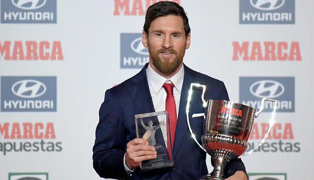 El jugador argentí del Futbol Club Barcelona Lionel Messi amb els dos premis.