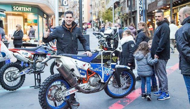 El pilot de motociclisme Cristian España, a la plaça Coprínceps.