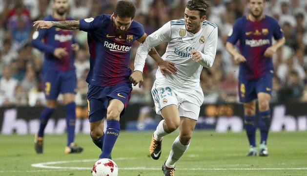 Messi és defensat per Kovacic, en el clàssic de la Supercopa al Santiago Bernabéu.
