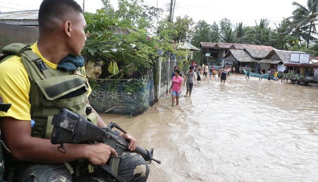 Tropes del govern filipí patrullaven per les zones afectades.