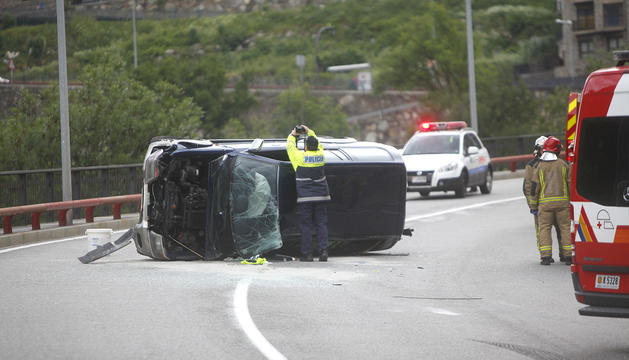 Un vehicle accidentat a la carretera de l'Obach.