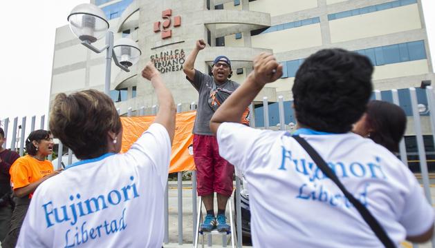 Simpatitzants de Fujimori celebren l'indult.