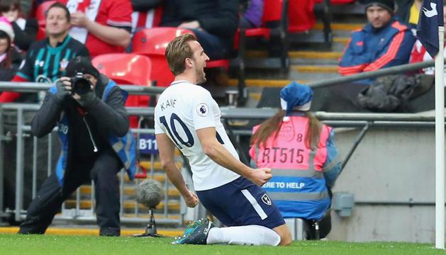 Harry Kane celebra un dels gols aconseguits ahir contra el Southampton.