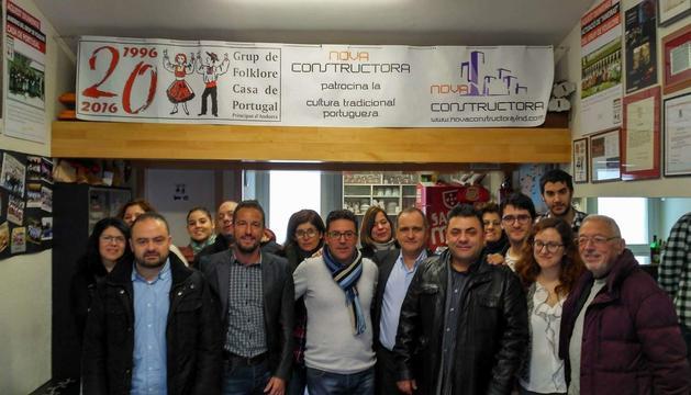 Pere López i PauloPisco amb portuguesos i membres del partit.