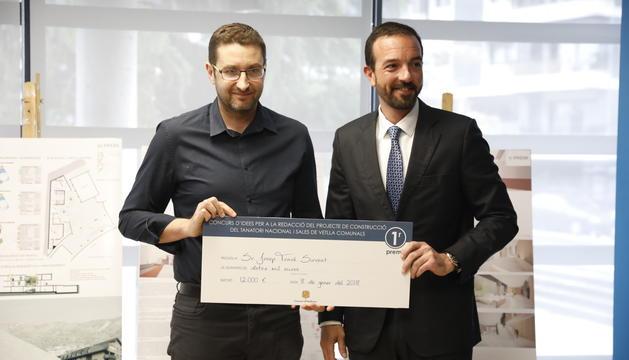 Josep Travé rep el premi de guanyador del concurs del tanatori nacional de Jordi Torres
