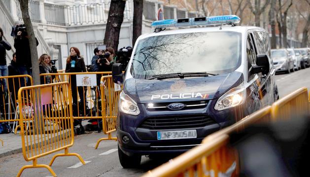 Un furgó policial arriba a la seu del Tribunal Suprem, ahir.