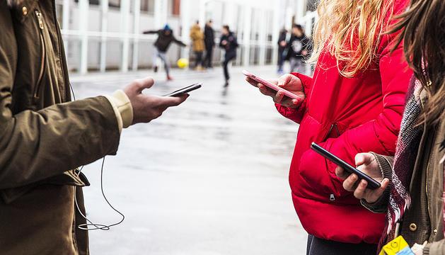 L'ús del mòbil només es permet als patis i conviu amb altres activitats com ara les esportives a l'escola andorrana de segona ensenyança de Santa Coloma.