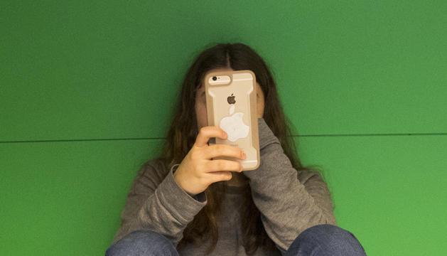 Els telèfons serveixen als menors per compartir activitats.