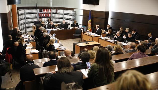 Magistrats, advocats i acusats preparats a la sala de Prada Casadet per al judici