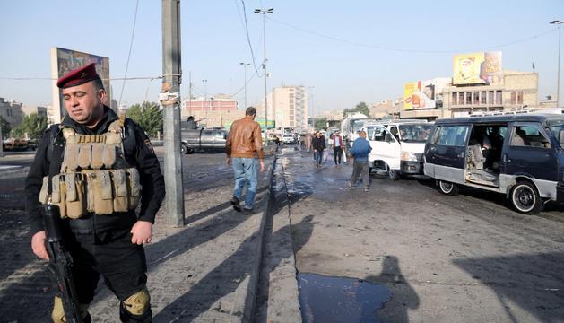Un agent a la zona on va tenir lloc la doble explosió.