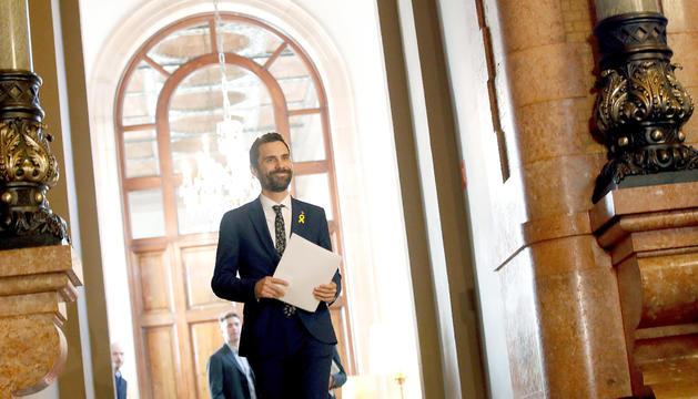 Roger Torrent arriba a la primera reunió de la mesa del Parlament, ahir.