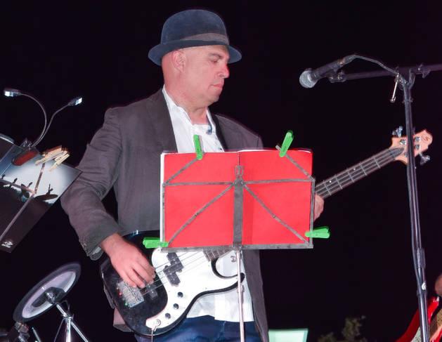 Albert Villaró toca el baix al grup Nova Companyia Instrumental