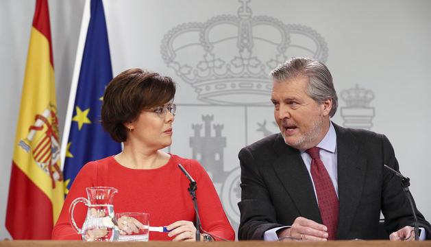 Els ministres Sáenz de Santamaría i Méndez de Vigo, ahir durant la roda de premsa a la Moncloa.