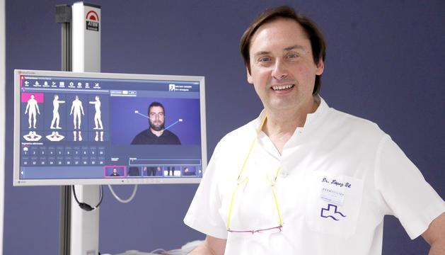 El doctor Francisco López Gil a la seva consulta.