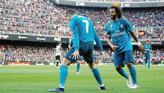 Cristiano Ronaldo, ahir a Mestalla, juntament amb Marcelo celebrant un gol.
