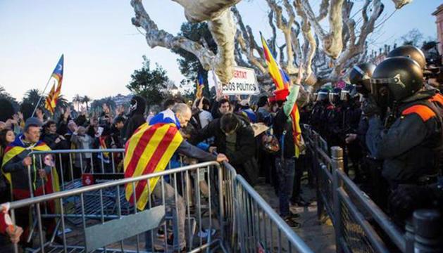 Moments de tensió a l'entorn del Parlament de Catalunya entre manifestants i mossos d'esquadra.