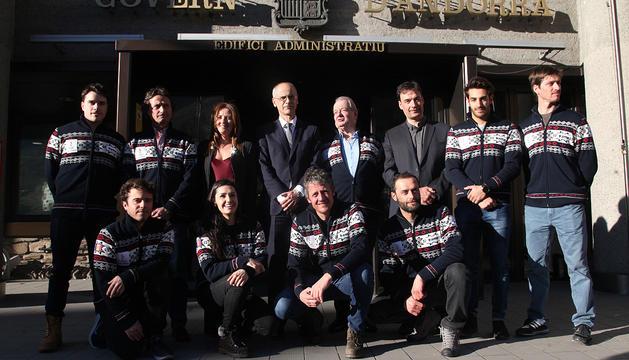 Martí, Gelabert i Beal amb els integrants de la delegació andorrana que viatjarà a PyeongChang