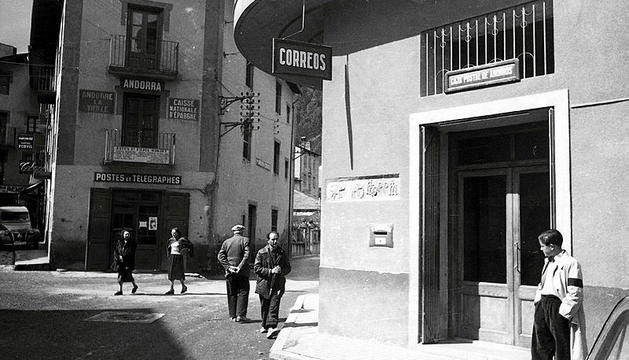 Les oficines de Correos i La Poste a Andorra la Vella a mitjans dels anys cinquanta