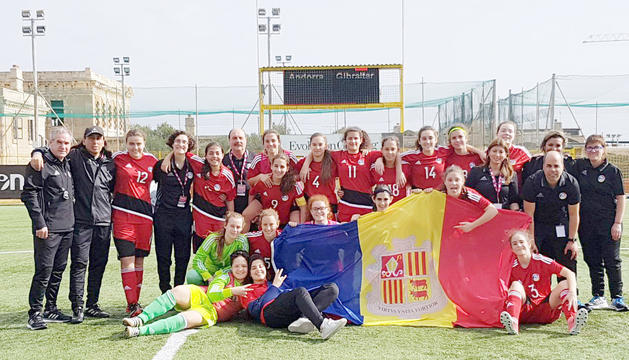 La selecció sub-16 celebrant el triomf davant Gibraltar.