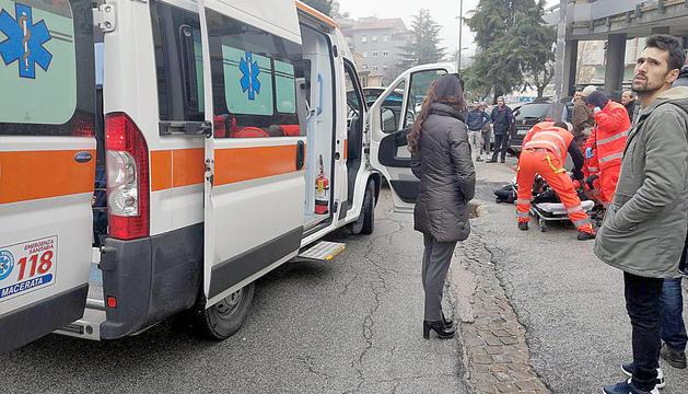 Els serveis mèdics atenent les víctimes del tiroteig.