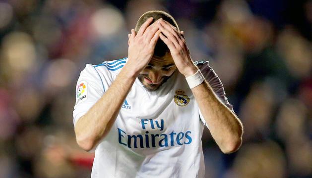 Karim Benzema es lamenta en un moment del partit.
