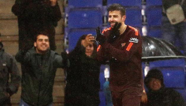Gerard Piqué celebrant el gol que va suposar l'empat al derbi contra l'Espanyol.