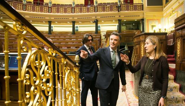 El síndic general Vicenç Mateu, acompanyat de la presidenta del Congrés dels Diputats, Ana Pastor