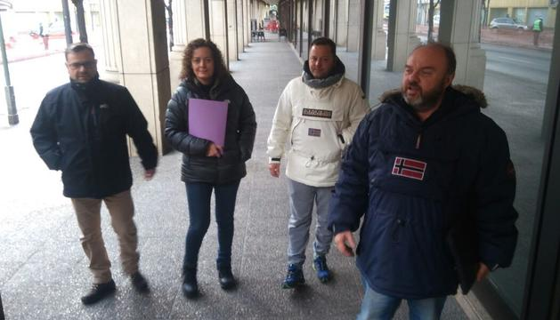 Els representants sindicals a la porta de la Batllia