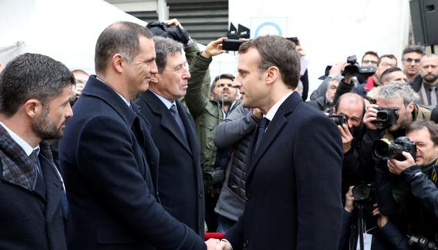 Macron saluda Gilles Simeoni, president de l'executiu cors.